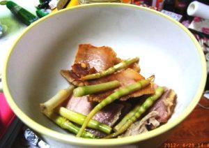 スズタケと自家製塩豚の炒め