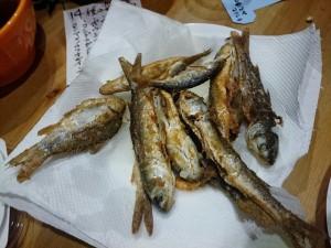 平坂さん持参の朝獲れ多摩川産雑魚のから揚げ