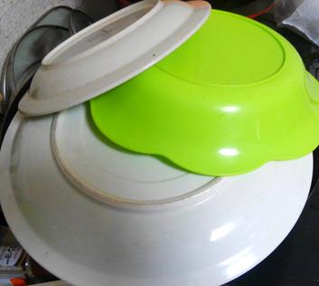 蓋が無いので適当な平皿を片っ端からかぶせる
